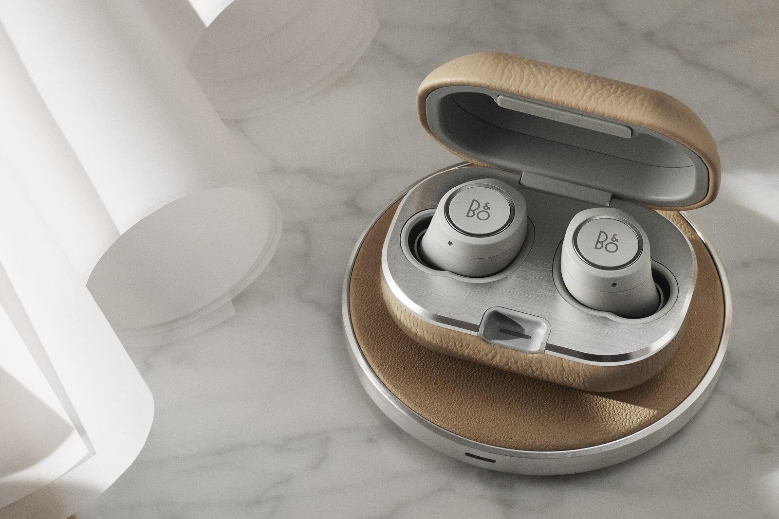 BeoPlay E8 2.0 - Kopfhörer mit innovativer Active Noise Cancellation und kabelloser Ladeschale.