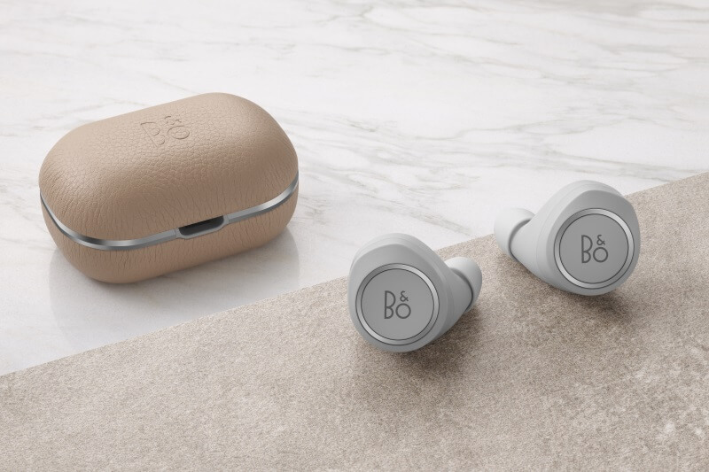 BeoPlay E8 2.0 natural with charging cradle