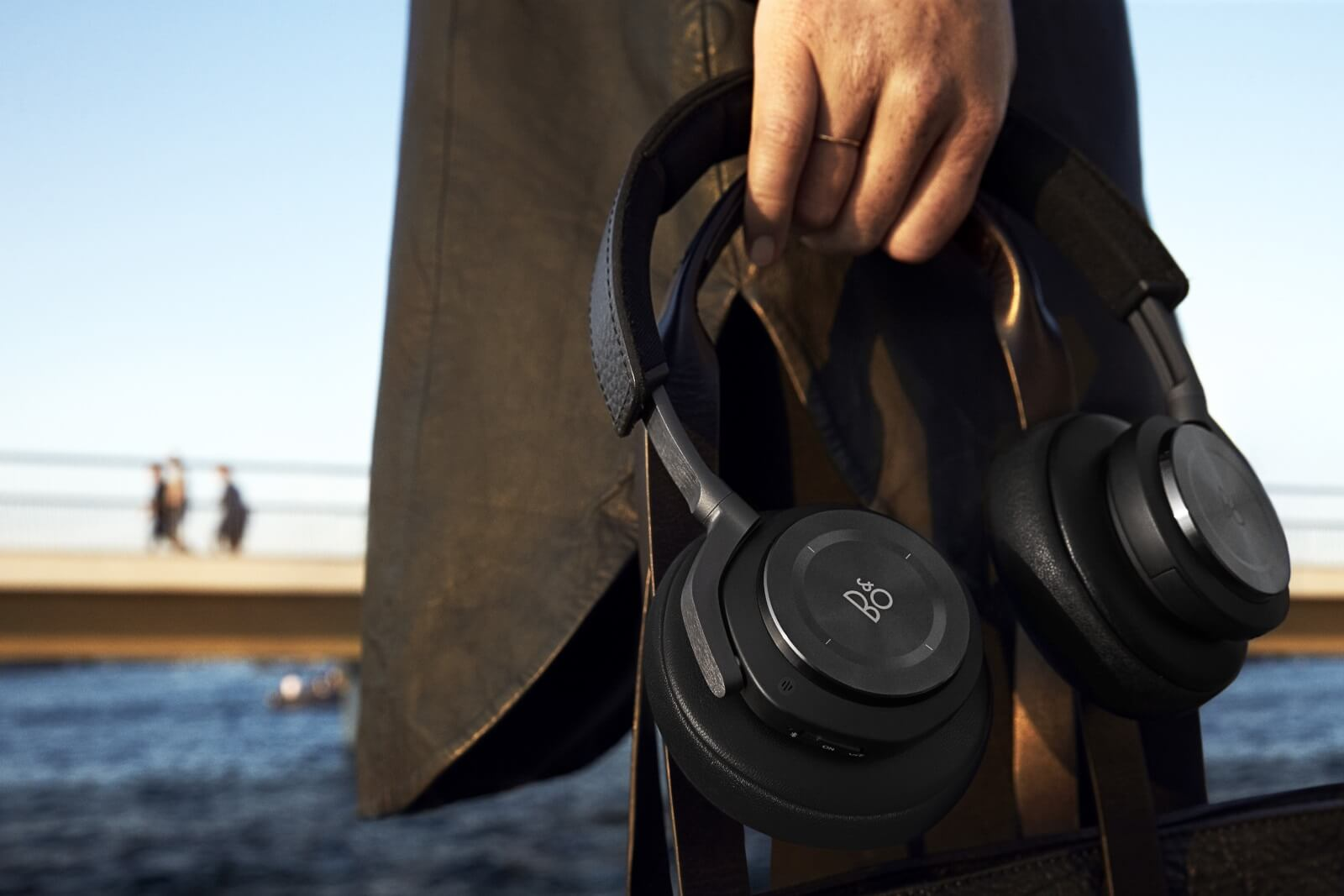 BeoPLay H9 made of anodized aluminum and leather