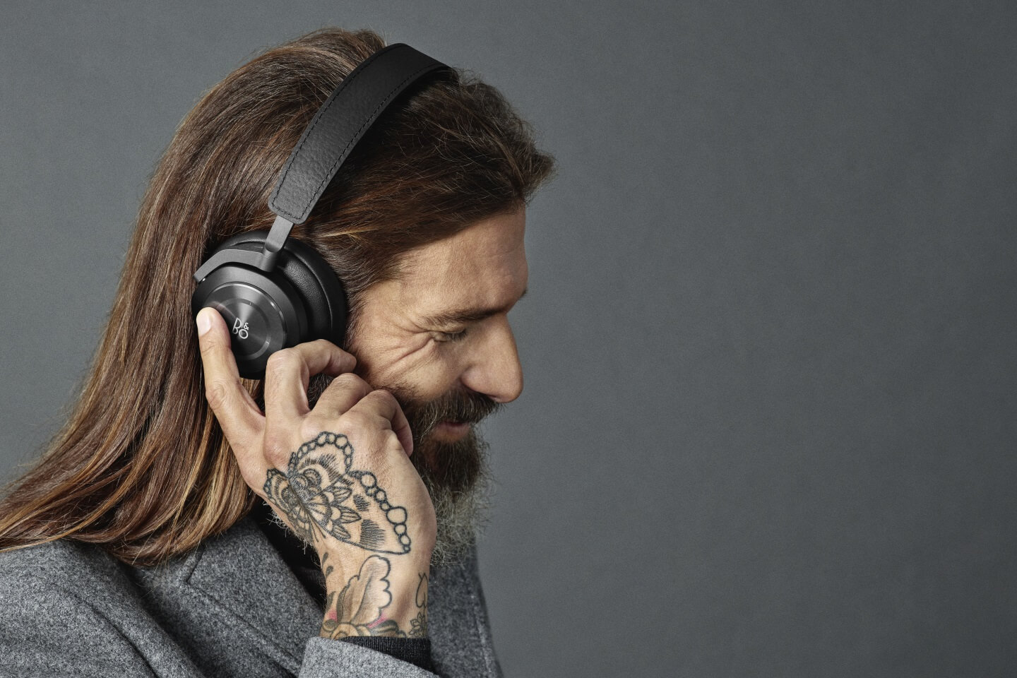 BeoPLay H9i made of anodized aluminum and natural leather
