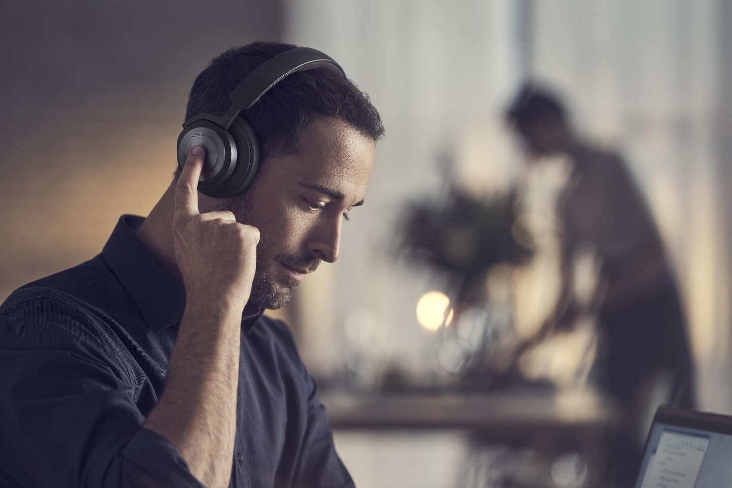 BeoPLay HX frompolished aluminum und natural leather