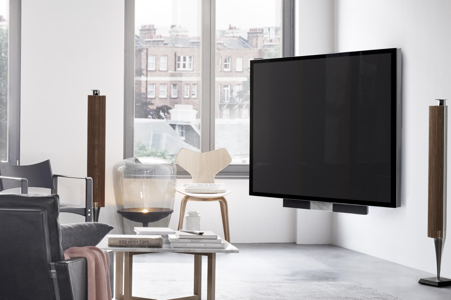 BeoVision Avant fits harmoniously in any living room.